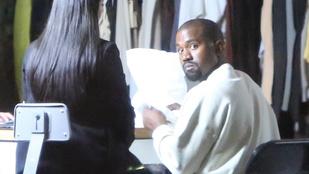 Kanye West szorgos hangyaként mutogatja feleségének a saját tervezésű ruháit