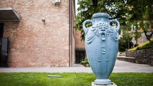 Vagyont érő Zsolnay váza hever a szemétben Pécsen