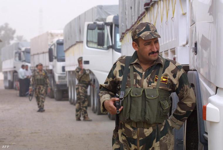 Iraki teherautók tartanak Irak felé, a kuvaiti nemzeti archívum lefoglalt kincseivel