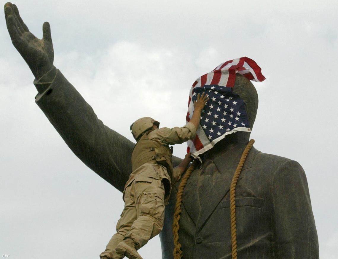 Amerikai zászlóval takarják le Szaddám Husszein szobrát Bagdad főterén, a város felszabadításának jelképeként.