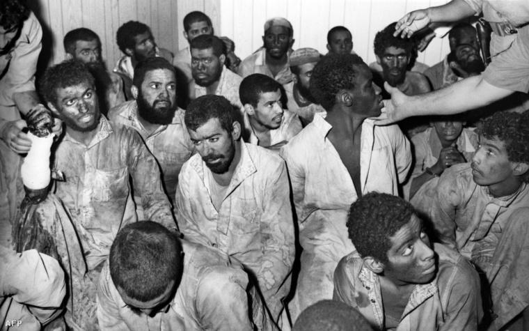 Dzsuhaiman al-Utaibire fegyveresei, akiket a két hétig tartó ostrom után foglyul ejtettek a mecsetben.