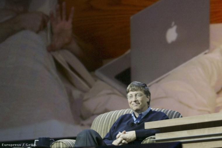 Bill Gates a 2005-ös CES pódiumbeszélgetésén, egy Apple laptop rajzával a háta mögött