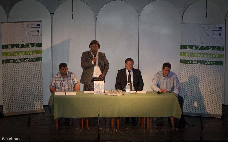 Az Eszosz vezetői, Farkas Ferenc jászapáti polgármester (bal szélen) valamint Barta Gábor Zsolt tart tájékoztatót Jászapátiban egy július 14-én közölt képen