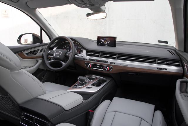Az Audi nagy truvájai: a teljes szélességében végigfutó rácsozat és a kiemelkedős képernyő Galéria: Összehasonlító: Audi Q7 – Volvo XC90