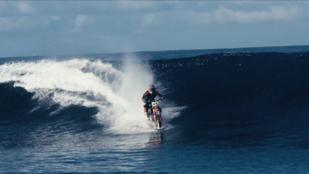 Ilyen nincs, de mégis: motorral szörfözni a tengeren