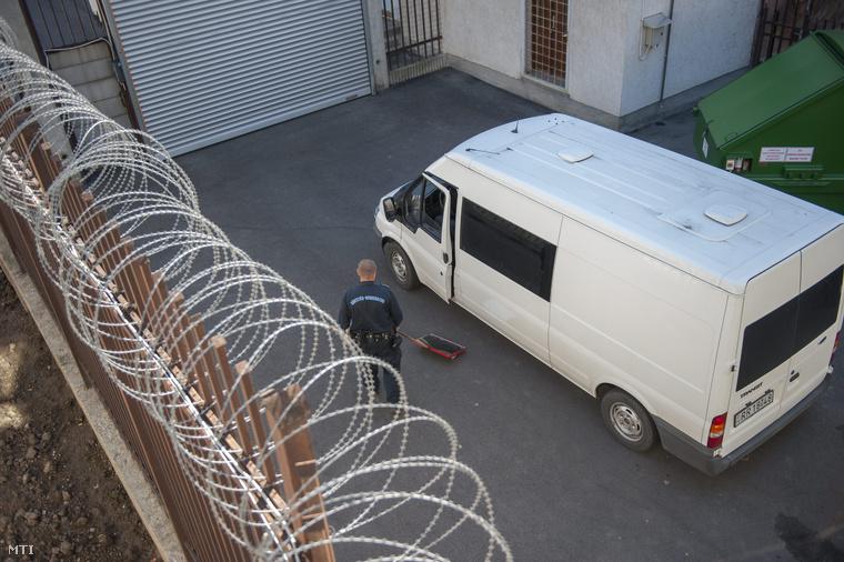 Egy őr ellenőrzi a Heves Megyei Büntetés-végrehajtási Intézetbe érkező rabszállító jármű alját 2013. szeptember 20-án