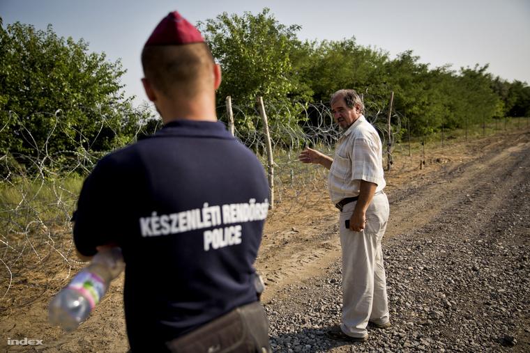 Fackelmann István Ásotthalom alpolgármestere az új kerítéseket demonstárló próbaszakasznál