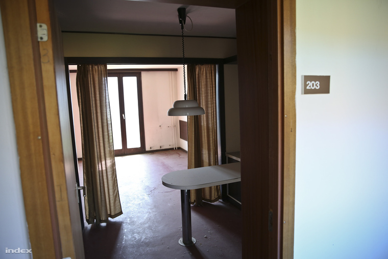 A szobákban négy ember lakhatott volna, mosdóba, vécére a folyosó végére kellett volna járni.