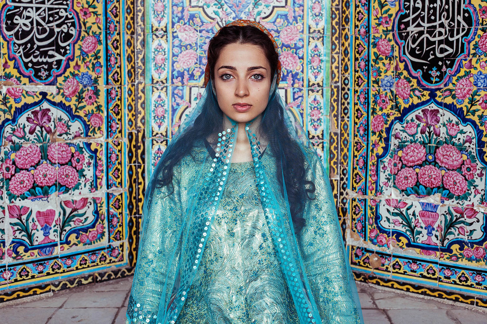 Noroc 18 évesen fedezte fel magának a fotózást. Művészeti egyetemre járt, divat területen szerzett tapasztalatot. Unalmasnak talált hétköznapi állását az első nagy utazás előtt, 2013-ban adta fel. A fotón egy iráni szépség.