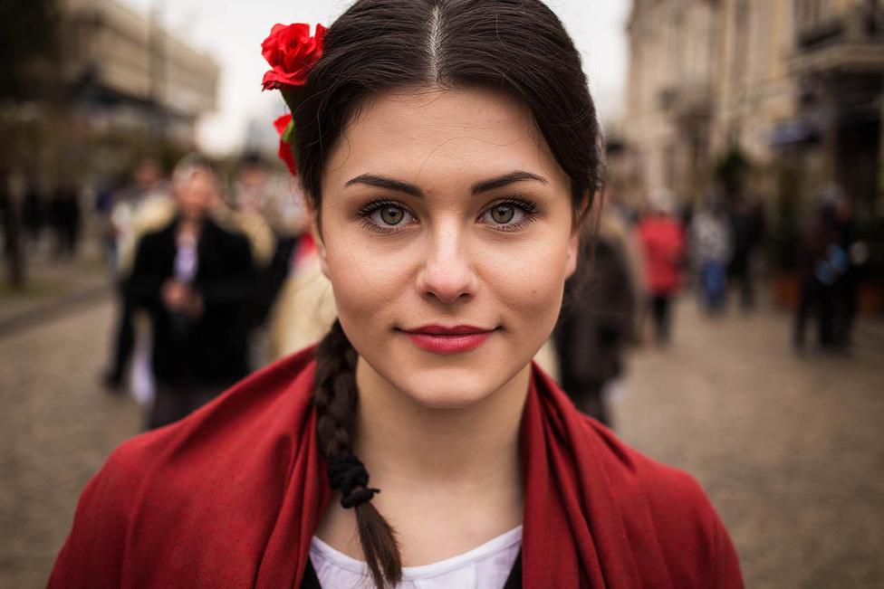 Néha csak 30 másodperc van elkészíteni a portrét, mert véletlenül, az utcán találkozik össze egy érdekes nővel. Itt a háttér például egy moldovai utca.