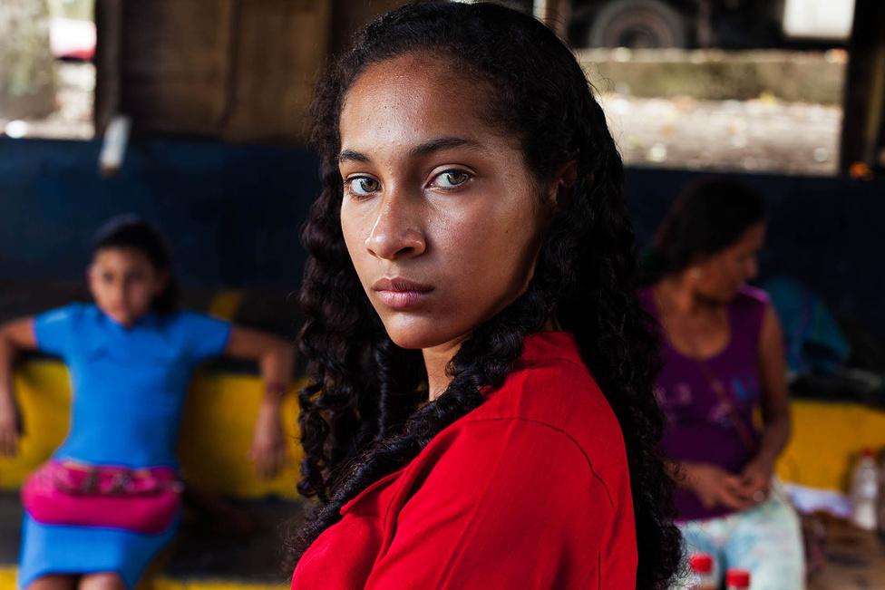 """""""Minden egyes nap, amikor tévét nézünk, a háború, a konfliktus, a félelem atlaszát látjuk. Szerintem a világnak jobban szüksége van most a szépség atlaszára, mint valaha, hogy megmutassa: a sokféleségnek kellene összekötnie bennünket, és az elfogadás kéne uralkodjon"""" – írta a fotós. Ez a lány ecuadori."""