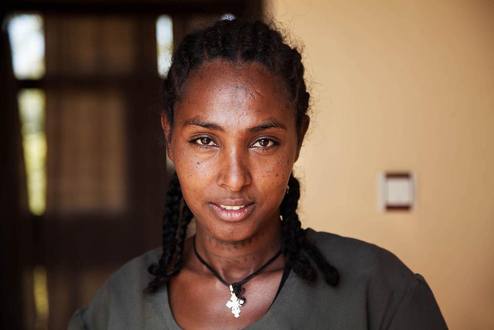 """Noroc - ahogy mondja - """"az őszinte derű"""" pillanatait próbálja elkapni. Általában olyan arcokat keres, amelyeken nincs vagy csak alig van smink. Etiópia."""