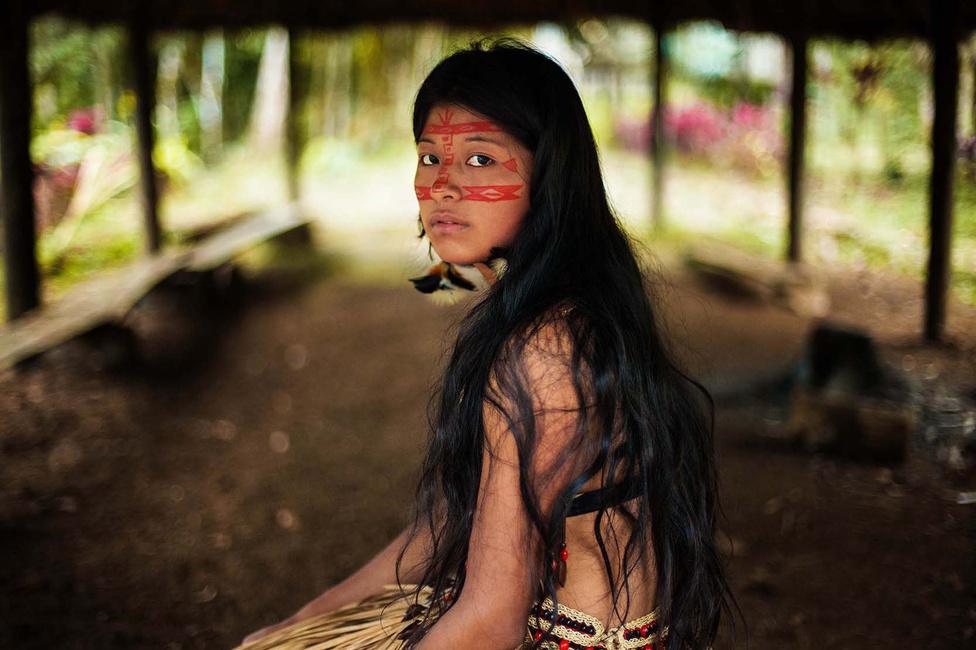 A kecsua lány az esküvői ruháját vette fel a fotózásra. 15 éves korában volt rajta először: akkor adták férjhez, a törzsében így szokás.