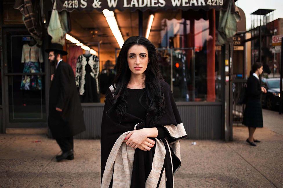 Noroc szerint a lényeg az, hogy mindenki értékelje a saját szépségét ahelyett, hogy másol valamit, ami nem illik hozzá. Az eredeti mindig jobb mint a másolat, mondja. Legyen az eredeti egy forgalmas New York-i utcán, mint itt...