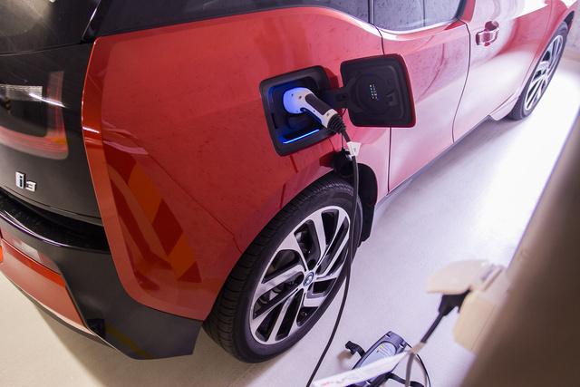 BMW i3 töltés közben