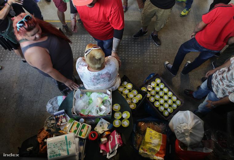 Civilek osztanak ételt a menekülteknek a budapesti Keleti pályaudvaron