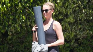 Charlize Theron jógaszettben is hibátlan
