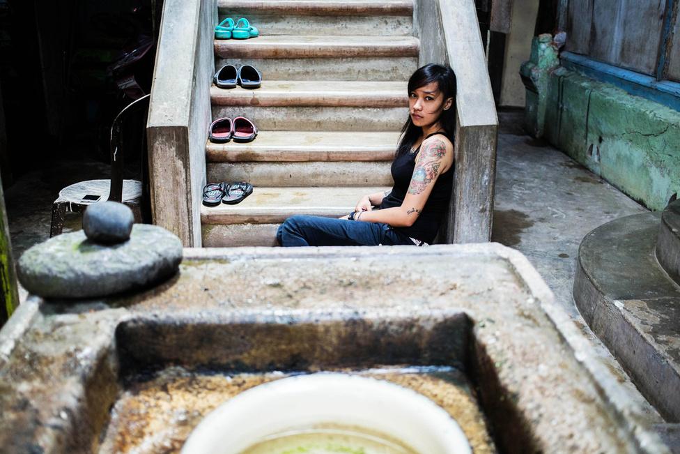 Ez a fotó egy kis szumátrai szigeten készült. A lépcsőn üldögélő lány a minangkabau népcsoport tagja, ez az egyik legnagyobb olyan közösség a világon, amely matriarchátusban él. Muszlim hitűek, de náluk nő a családfő.