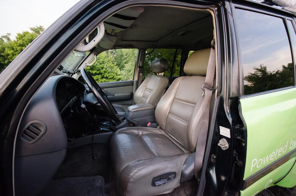 Kényelmes, széles ülések, valószínűleg az eredeti bőrrel. Ezek szerint van korszak és modell, amihez a Toyota nem rettenetes minőségű bőrt használt. És a vezetőoldali ablak felfelé is automata.