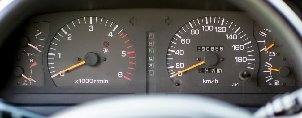 - Hány kilométerrel vetted?                         - Szerintem nincs ennek jelentősége. 340 volt benne, most mutat az óra 390-et, de szerintem igazából 500 ezer körül jár.