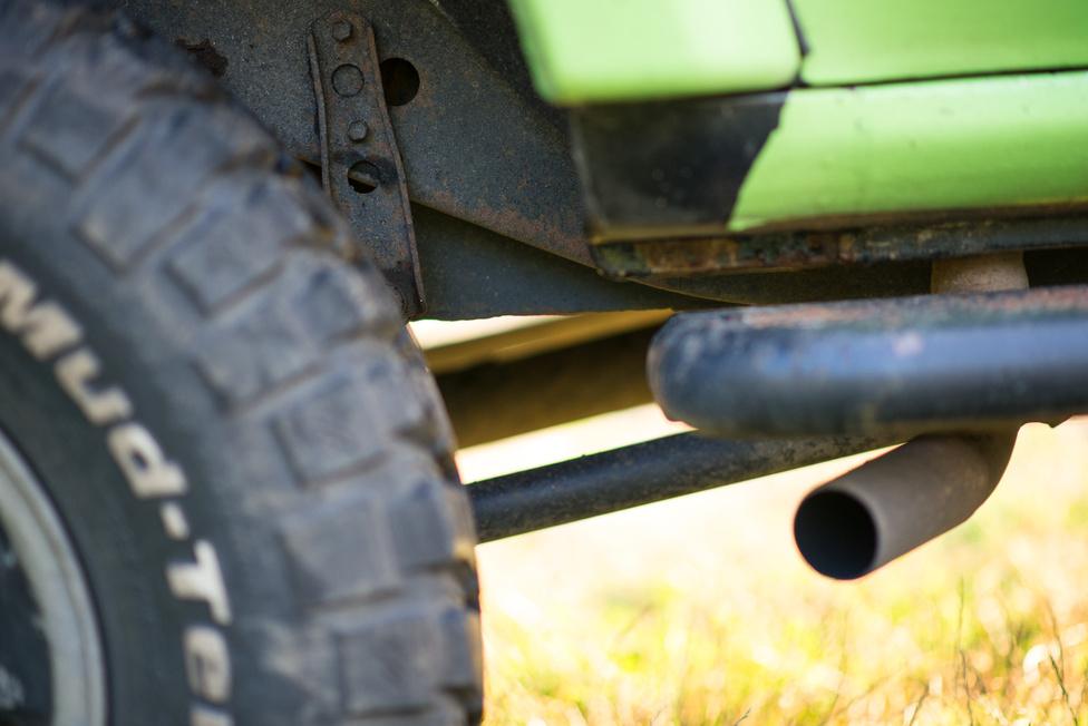 A sidepipe nem direkt van, mármint nem esztétikai okai voltak. Hanem hogy került a jobb hátsó kerék elé még egy 50 literes üzemanyagtank, a kipufogó pedig nem fért el máshogy.