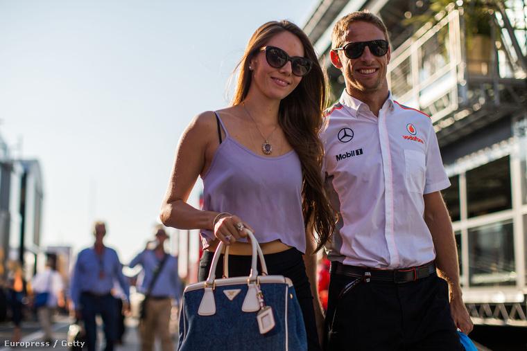 Jenson Button és Jessica Michibata sétálnak a Hungaroringen