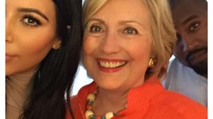 Szegény amerikai demokraták: Kim Kardashian Hillary Clintonnal szelfizett