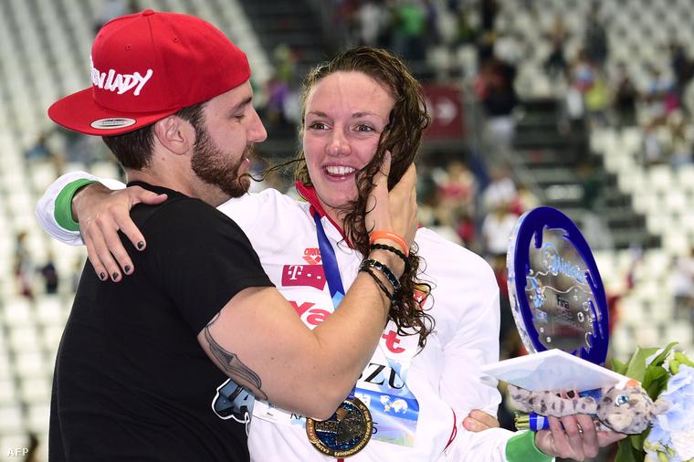 Hosszú Katinka férjével és edzőjével, Shane Tusuppal, miután világcsúccsal győzött a kazanyi úszó-, vízilabda-, műugró- és műúszó-világbajnokság női 200 méteres vegyesúszásában 2015. augusztus 3-án.