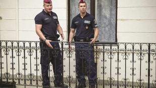 Korláton lógó részeget mentettek meg a rendőrök