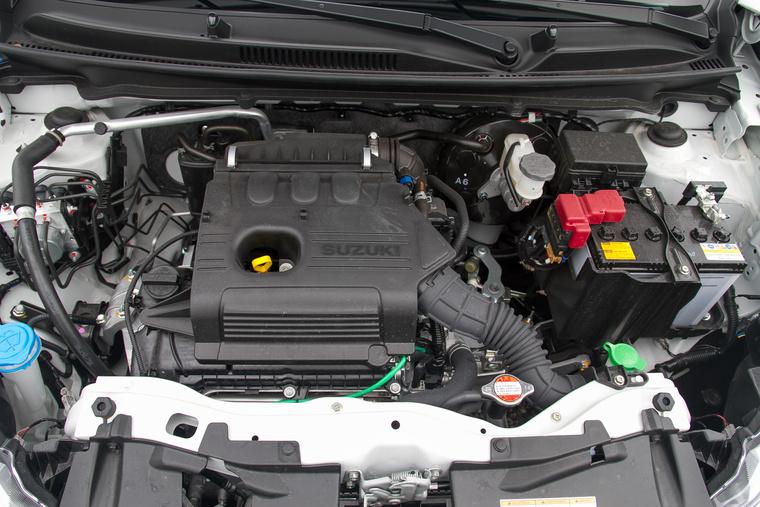Nevetségesen pici a motor, de érzésre még a hosszú áttételekkel is jól viszi a könnyű autót