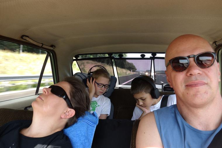 Így utazik a Csikós család: a gyerekek filmet néznek, Kati alszik. És van az alkalmazott