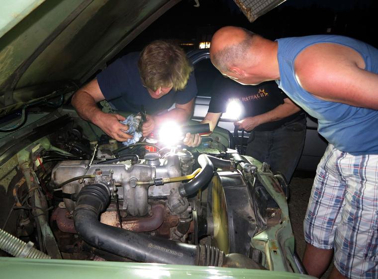 Bernhard még dolgozik, de már megy a motor...