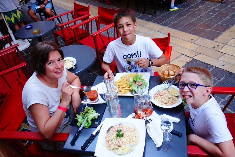 Első igazi vacsoránk Carcassonne-ban, este. Mindjárt szebb színben láttuk a világot