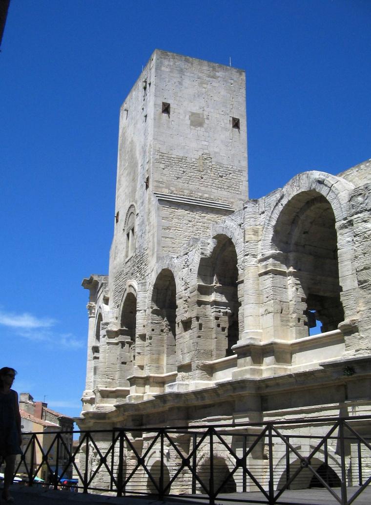 Az arles-i amfiteátrum egy középkorban ráépített bástyával