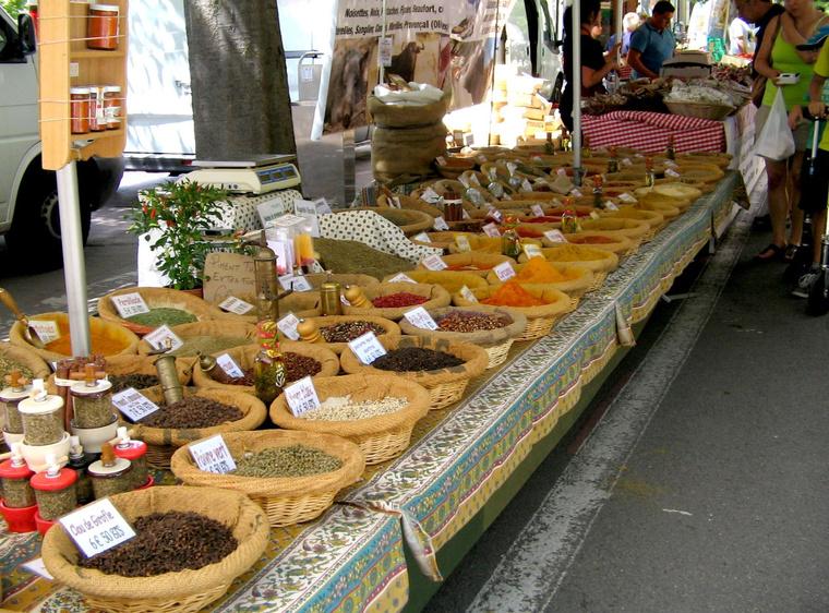 Egy fűszerárus az Arles-i piacon