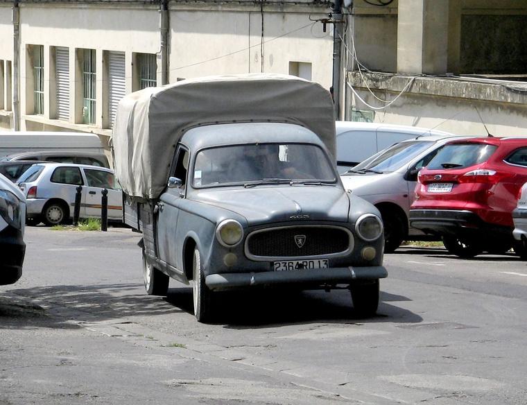 Peugeot 403 pickup a hologramos vignettánál is jobban hitelesíti a francia utcai piacot