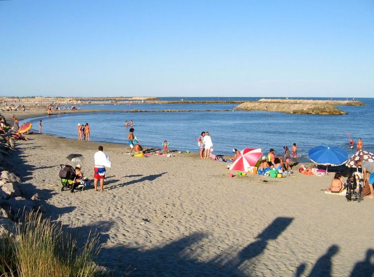 Ilyen földnyelvek tagolják a partot strandokká. Jó hely