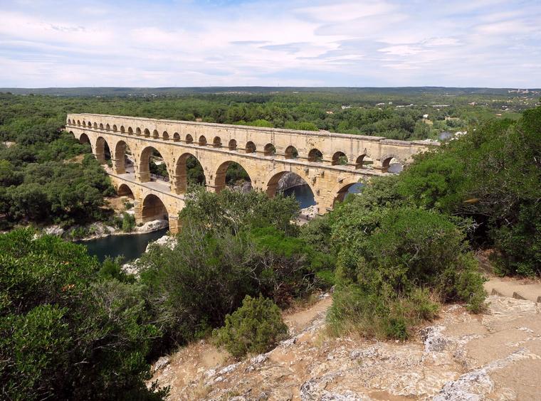 Erdei ösvényen jutsz a kilátóhoz, ahonnan a legszebb a Pont du Gard