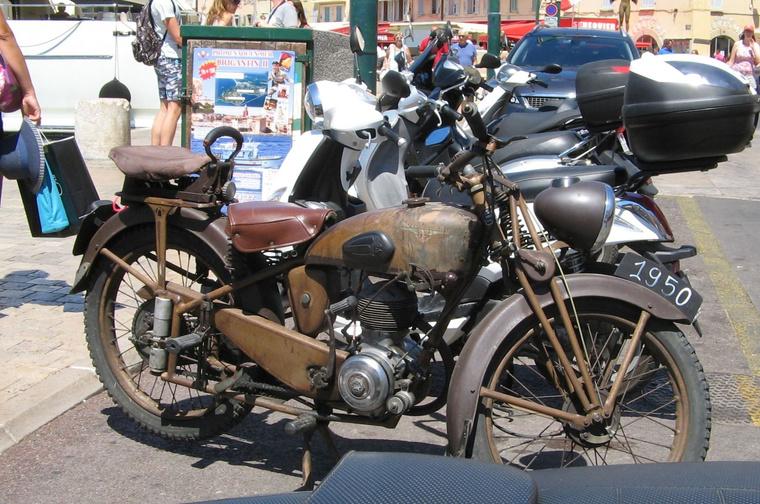 Ezt is St. Tropez-ban láttam: Motobécane 1950-ből, a tökéletestől kissé távol eső állapotban. Királyság a sok műanyag szar között
