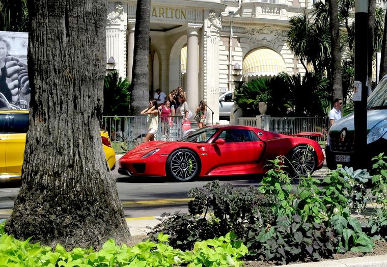 Hoppá, egy Porsche 918 Nizzában. De volt ott egy egész sor szuperjárgány