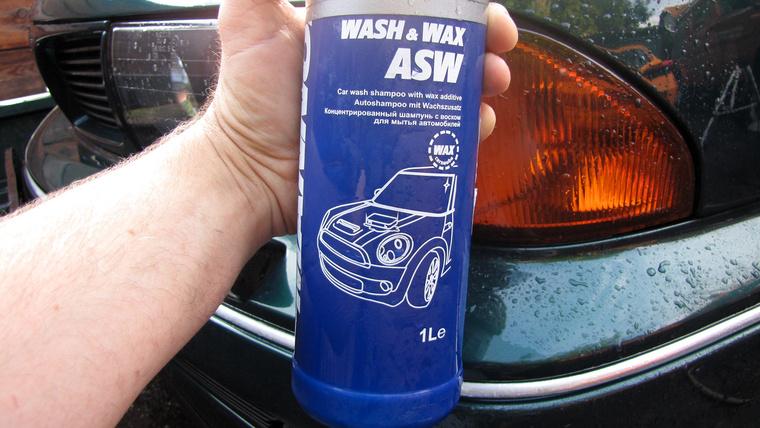A kocsira rakódott koszt vízzel fel kell először lazítani, aztán jöhet az autósampon. Ebben viasz is van, amitől csillogóbb lesz a fényezés, és a vizet is lepergeti