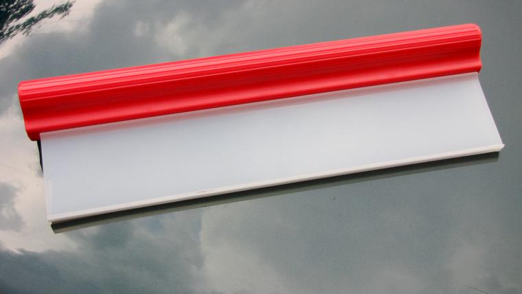 Egy igazi neppernek a szilikonos vízlehúzó az egyik legjobb barátja. Autómosáskor, vagy esőtől nedves kocsi átnézésekor megkönnyíti az életet
