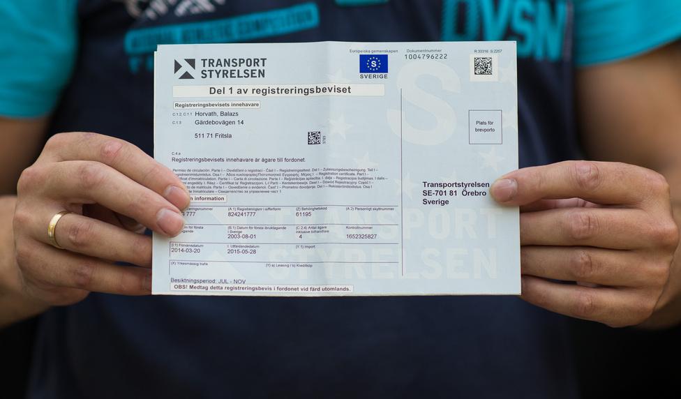 Így néz ki egy svéd forgalmi. Az átírásban nagy segítség, hogy ki van jelölve a bélyeg helye, amit ráragasztunk, és bedobjuk egy postaládába. Néhány nap múlva megkapjuk a hivatalos iratokat a tulajdonosváltozásról.