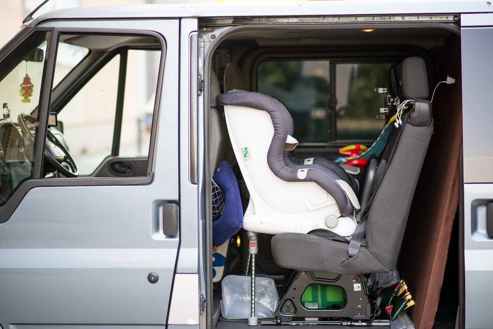 """""""Sok Transitot alakítunk át taxinak. Ki kell bontani az egész belsejét, spéci padlót építenek be, hogy kerekesszékkel is be lehessen szállni, meg rögzíteni, és ezekből képződnek felesleges ülések. Úgyhogy a hátsó sorban vadi új Transit-ülések vannak. És isofixesek, nekem meg fontos a gyerekek biztonsága. Maga az átalakítás persze nem lett túl szép, mert építkezés közben csináltam, meg ugye mellette dolgoznom is kell."""""""
