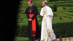 Nincs röhejesebb a páparuhában cigiző Jude Law-nál