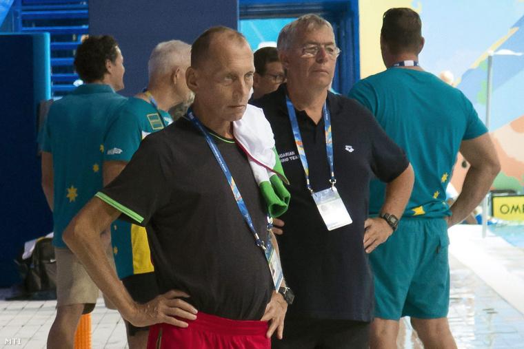 Széles Sándor és Kovácshegyi Ferenc edzők a magyar úszóválogatott edzésén a kazanyi vizes világbajnokságon.