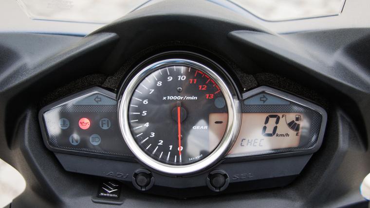Középen a fordulatszámmérő, egyik oldalon visszajelzők, másikon a sebesség, üzemanyag-szint, kilométer számláló. Logikus elrendezés, nem akartak semmi blikkfangot, egyszerűen csak korrektül megcsinálták. Az viszont béna, hogy a szivacs látszik az órák körül, ezen még lehetett volna dolgozni