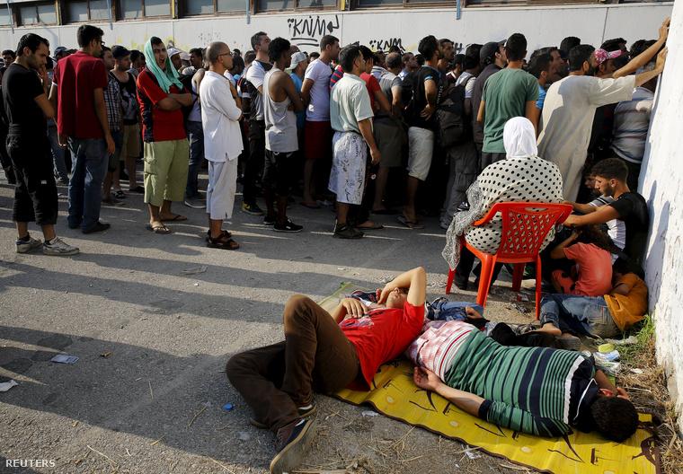 Menekültek várakoznak a regisztrációs eljárásra a kijelölt stadion előtt, Kos szigetén 2015. augusztus 11-én.