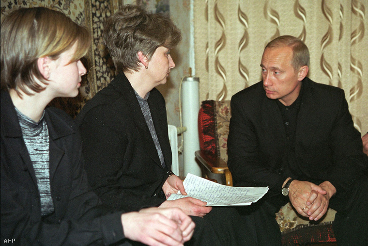 Putyin a Kurszk kapitányának özvegyével és lányával 2000. augusztus 22-én