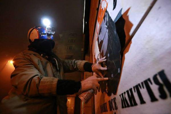 Alkotó street art művész Kijev utcáján